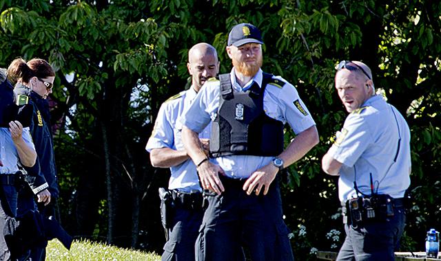 När News Øresund vandrade runt i Allinge dagen före Folkemødet invigs var det påfallande många poliser som i år är på plats efter attentatet i Köpenhamn i mitten av februari och sedan det blev känt att Trykkefrihedsselskabet bjudit in den nederländska högerpopulisten och islamofoben Geert Wilders att tala vid Folkemødet. Tidigare i år utsattes ett möte i Dallas, där Gert Wilders deltog, för en terrorattack. Foto: News Øresund - Johan Wessman