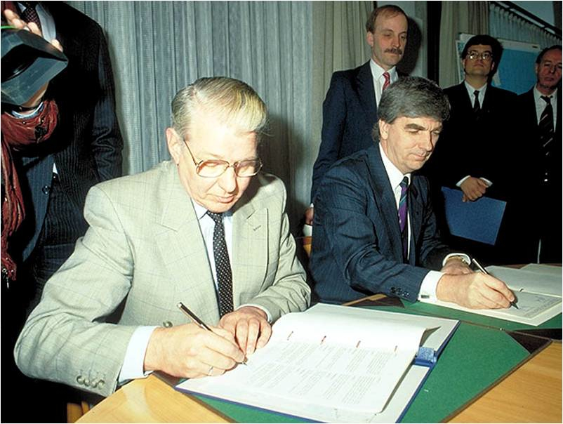 23. marts 1991 Denmark´s Minister of Transport Kaj Ikast and Sweden´s Minister of Communications Georg Andersson shake hands following the agreement between the two countries to build the Øresund Bridge