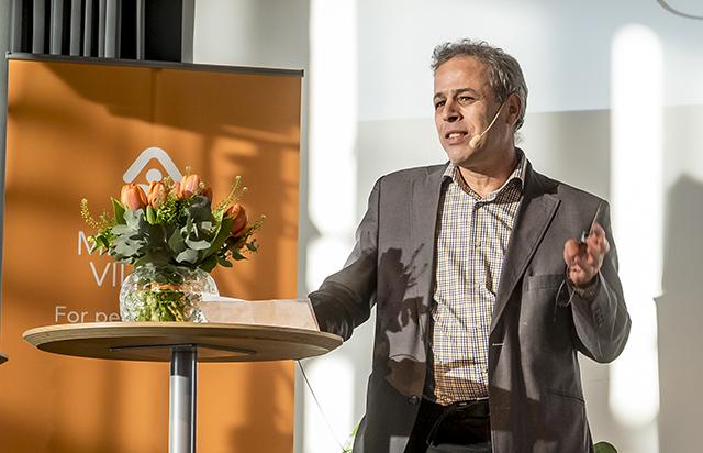 Forskaren Albert Salehi (till vänster) berättar hur han hans forskarlag på Clinical Research Center (CRC) vid Lunds universitet kommer att använda de forskningsmedel som den skånske byggentreprenören Mats Paulsson (till höger) kommer att bidra med genom den nya insamlingsstiftelsen Forget. Medicon Village, science park inrymd i Astra Zenecas fd forskningslokaler i Lund, firade fredagen den 20 januari 2017 sitt femårsjubileum. Idag finns 120 aktörer och totalt 1600 anställda i lokalerna som tidigare rymde ca 900 anställda hos Astra Zeneca. Medicon Village bildades sedan Lunds universitet, Lunds och Malmös kommuner och Region Skåne försökt hitta en lösning på att rädda kvar forskningsverksamhet i de 80.000 kvm stora lokalerna. Förhandlare blev Allan Larsson som höll på att ge upp när den skånske entreprenören Mats Paulsson, huvudägare i byggbolaget Peab, donerade 100 miljoner kronor till bildandet av Mats Paulssons stiftelse för forskning, innovation och samhällsbyggande med Göran Grosskopf som ordförande och Mats Paulsson som vice ordförande. Stiftelsen äger sedan fastighetsbolaget Medicon Village AB som genom stiftelseägandet kan garantera att all ev vinster från företaget går tillbaka till forsknigen. Ännu så länge går dock Medicon Village med förlust. Men redan finns planer på att bygga nya kontorslokaler och bostäder i anslutning till området. Den 10 januari 2012 lämnade Astra Zeneca lokalerna till Medicon Village och i slutet av 2012 hade 70 aktörer med över 570 medarbetare flyttat in. Under 2017 har siffran ökat till 120 aktörer och 1600 anställda. Bland medlemmarna, som hyresgästerna benämns, finns Lunds universitet med en grupp cancerforskare, Region Skåne, European Spallation Source, bioinkubatorn Smile och en lång rad företag, däribland Alligator Bioscience. Photo: News Øresund - Jenny Andersson © News Øresund - Jenny Andersson (CC BY 3.0). Detta verk av News Øresund är licensierat under en C