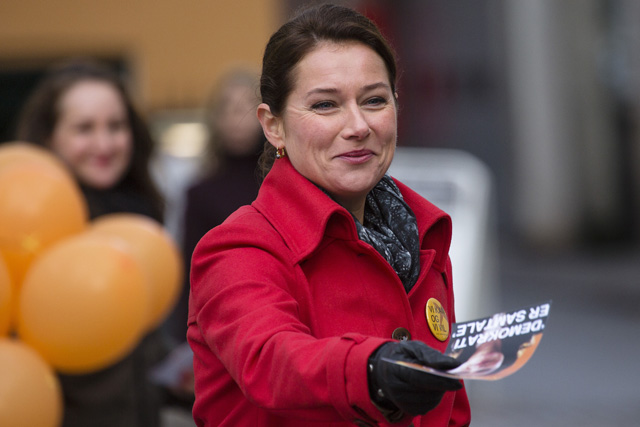 Birgitte Nyborg (Sidse Babett Knudsen) deler valgmateriale ud.